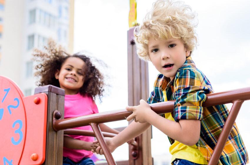 Свыше 660 нарушений на детских игровых и спортивных площадках устранили в Подмосковье.