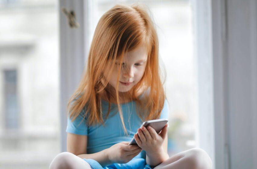 В Минцифры выступили за предустановку родительского контроля на телефоны.