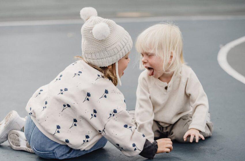 7 неудобных вопросов о том, как вести себя с навязчивыми детьми — друзьями вашего ребёнка и не только.